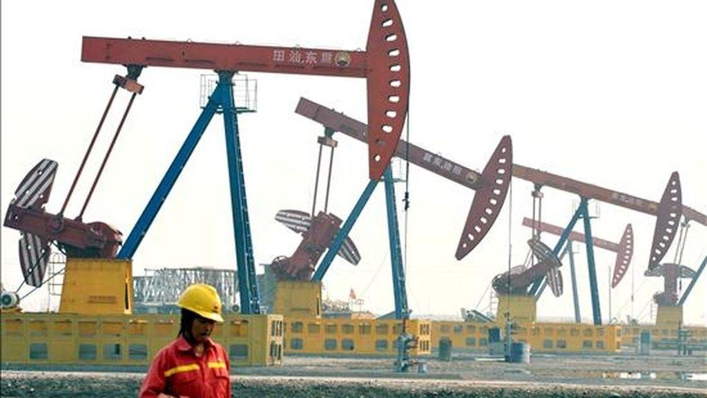 Varias torres de perforación en el yacimiento Nabao en Tangshan, en la provincia china de Hebei. EFE/Archivo