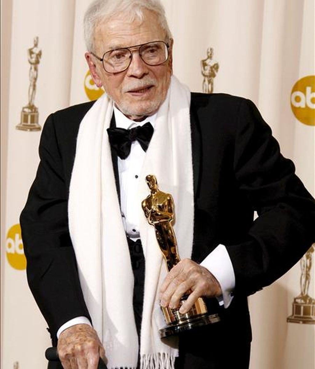 Fotografía de archivo fechada el 24 de febrero de 2008 que muestra al director de Arte Robert F. Boyle con su Óscar honorífico en la 80 entrega del Oscar en el teatro Kodak en Hollywood, California. EFE/Archivo