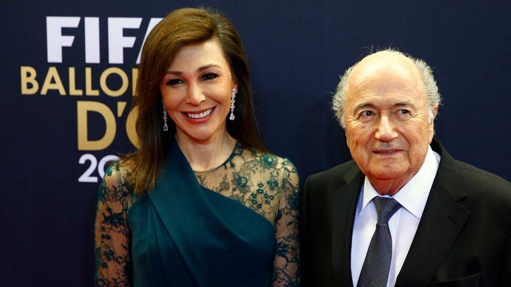 Linda Barras, novia de Blatter, con vestido verde botella y mangas de encaje
