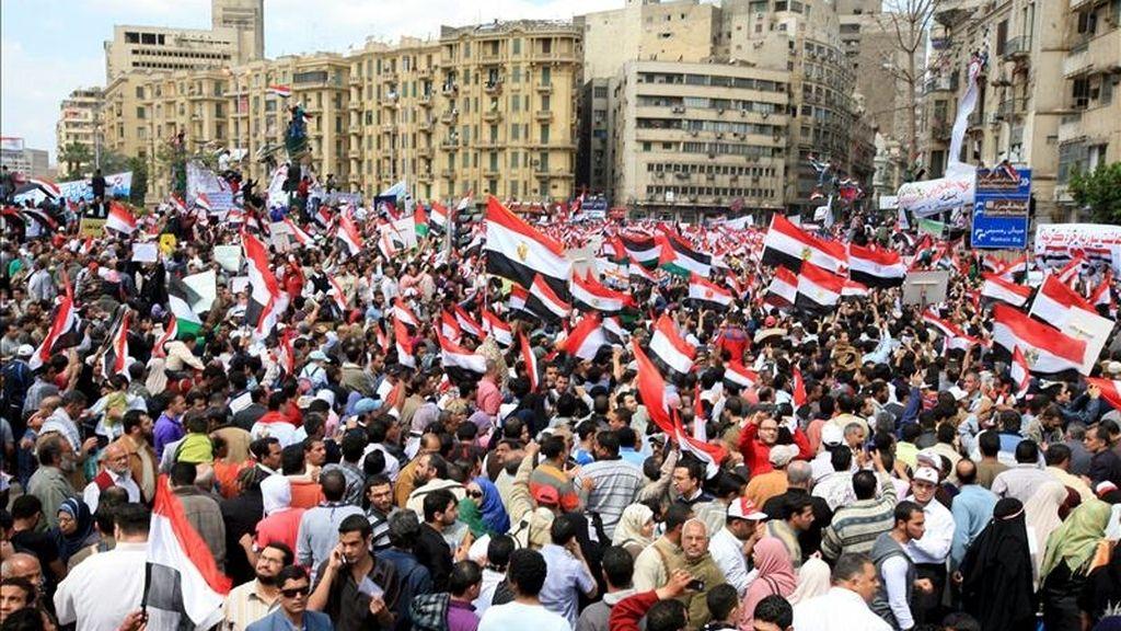 """Egipcios gritan consignas durante una manifestación convocada bajo el lema """"Viernes de purgación y juicio"""", en la plaza Tahrir de El Cairo, Egipto. EFE"""
