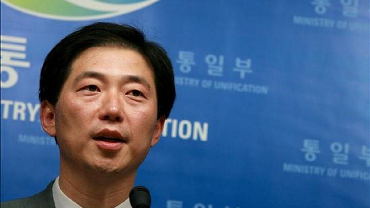 El portavoz del ministerio de Unificación, Chun Hae-sung, ofrece una rueda de prensa en Seúl, Corea del Sur, hoy viernes 5 de junio. Según la agencia surcoreana Yonhap, Corea del Norte propuso hoy a Corea del Sur que representantes de ambos países se reúnan la próxima semana, concretamente el día 11, para abordar el futuro del complejo industrial conjunto de la ciudad fronteriza norcoreana de Kaesong. EFE