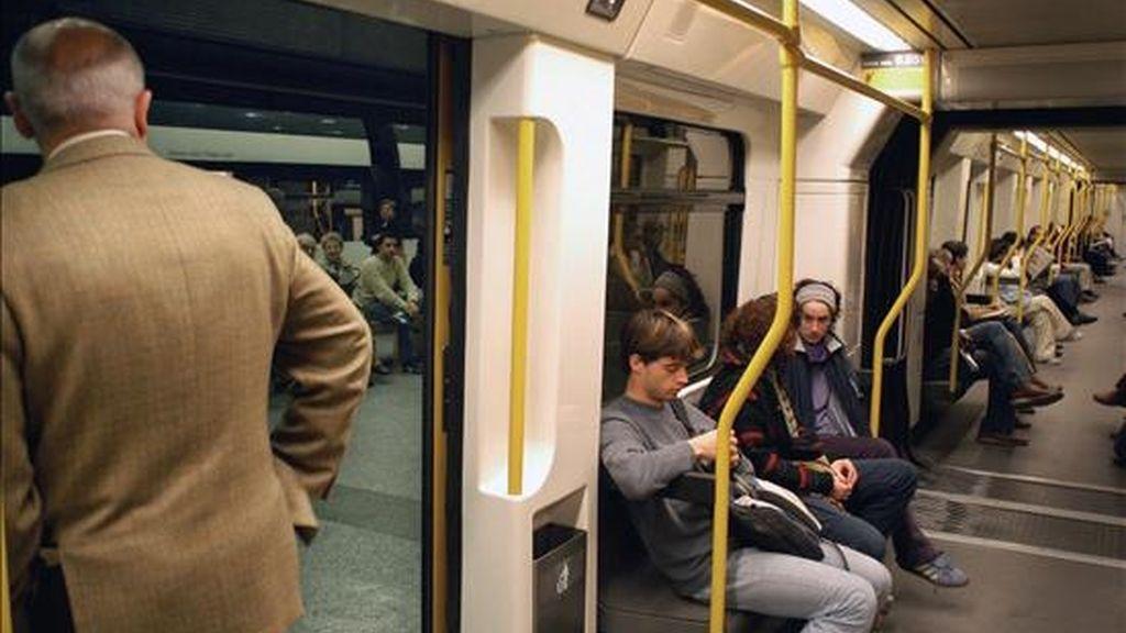 En la imagen, varios pasajeros en el metro. EFE/Archivo