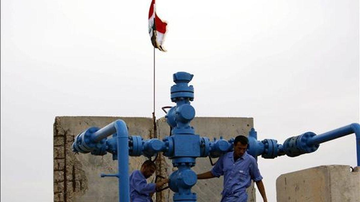 Trabajadores petroleros iraquíes realizan obras de mantenimiento en una válvula de oleoducto del pozo petrolero de al-Fakka, en la frontera entre Irán e Iraq afuera de la ciudad de Bsara, ciudad al sur de Bagdad (Iraq). EFE/Archivo