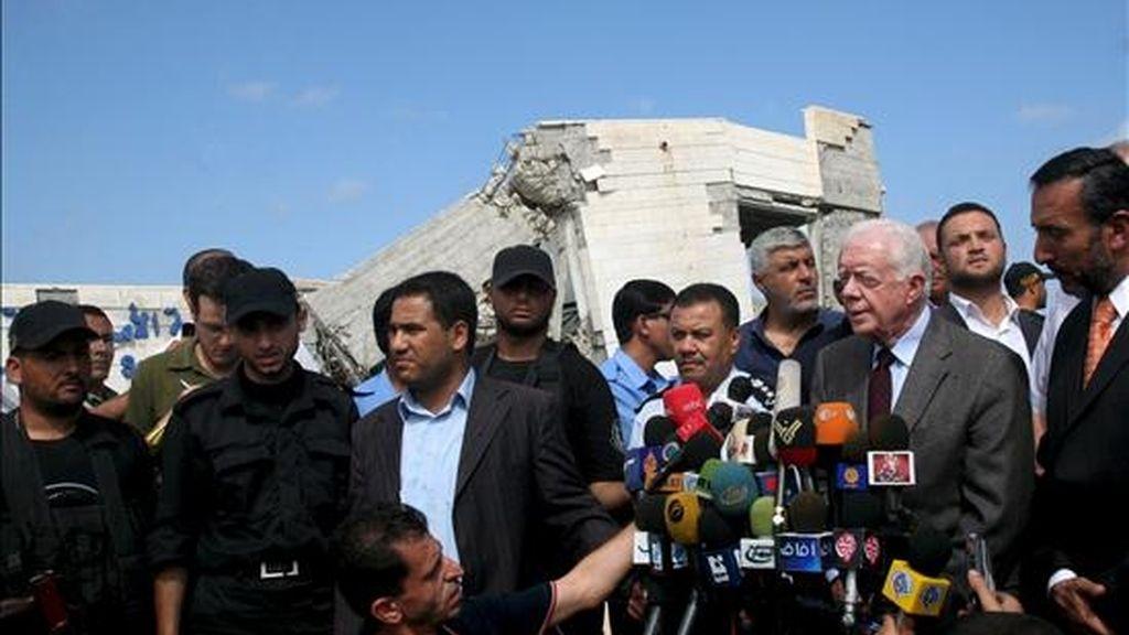 El ex presidente de Estados Unidos, Jimmy Carter (3d), atiende a los periodistas durante la visita que realizó a una escuela estadounidense en el norte de la franja de Gaza hoy martes. EFE