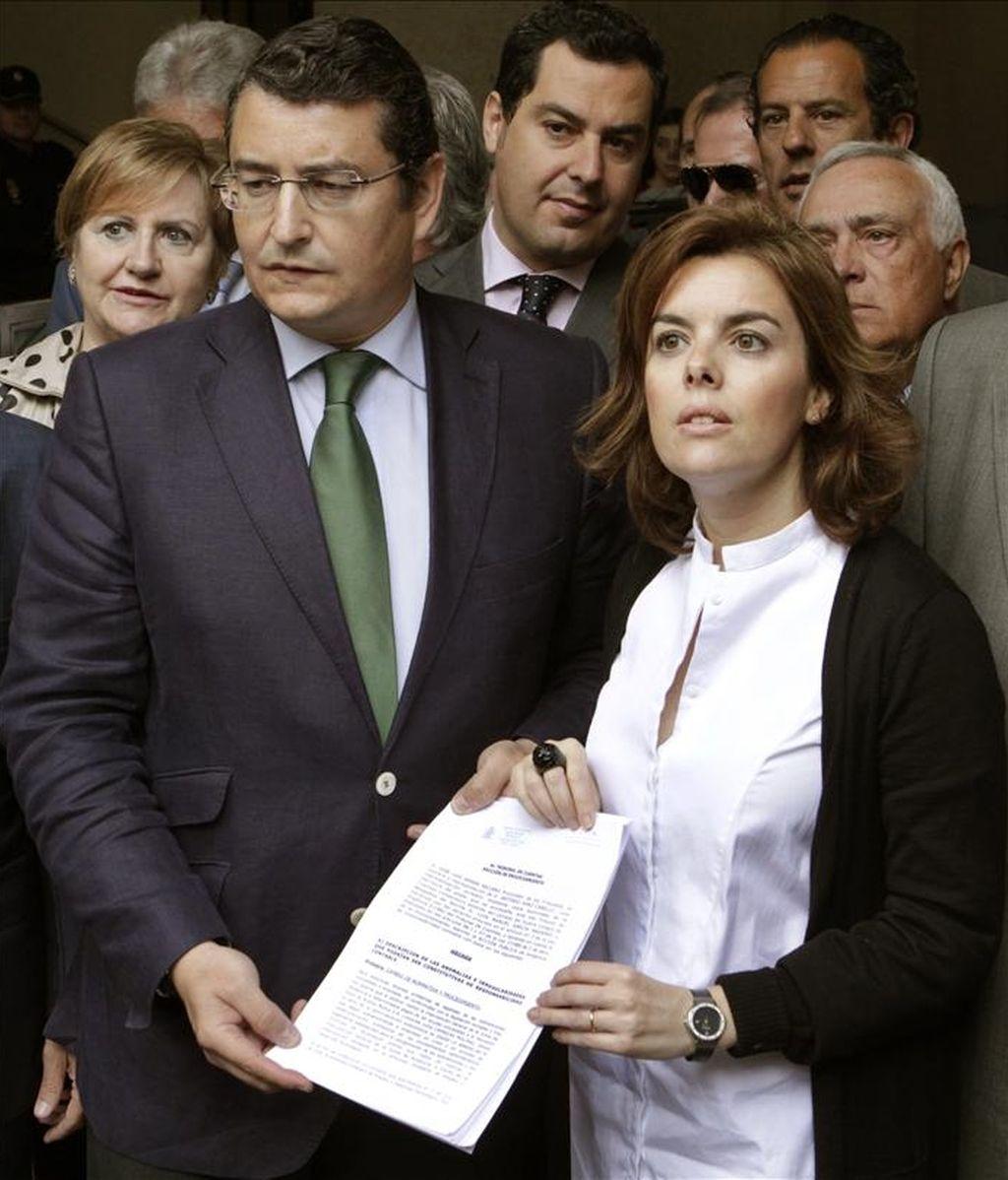 La portavoz del PP en el Congreso, Soraya Sáenz de Santamaría, y el secretario del PP andaluz, Antonio Sanz, presentaron hoy ante el Tribunal de Cuentas un escrito de denuncia por las irregularidades detectadas en los expedientes de regulación de empleo (ERE) de varias empresas de Andalucía. EFE