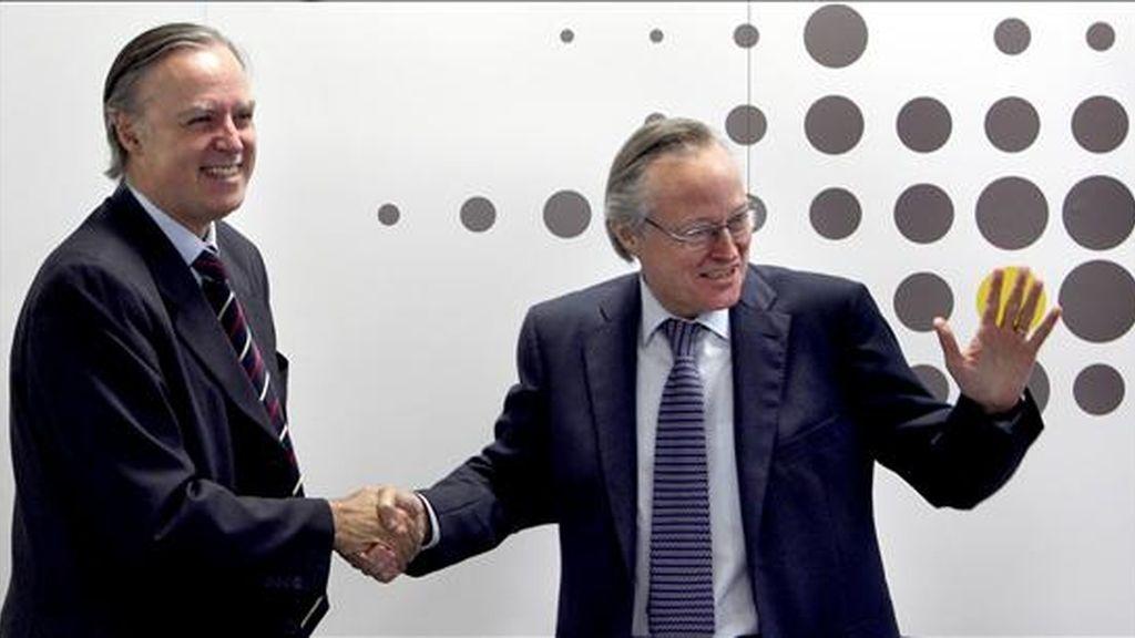 El presidente de Vueling Airlines, Josep Piqué (d), y el de Clickair, Carlos Losada (i), se saludan tras la primera reunión del consejo de administración de la nueva Vueling con la que se culminó el proceso de fusión de ambas compañías. EFE/Archivo