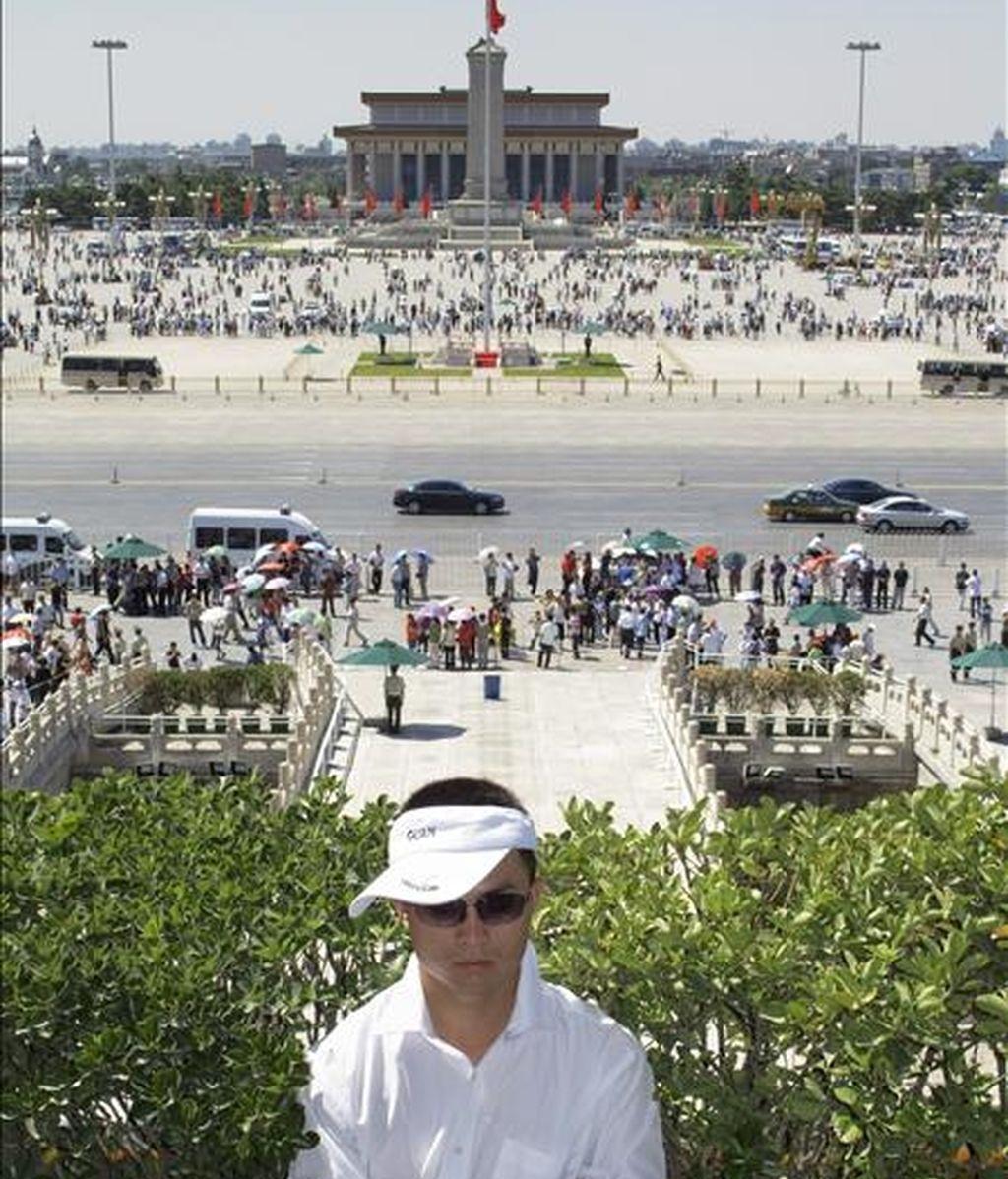 Un guardia de seguridad permanece frente a la Plaza de Tiananmen en Pekín (China), hoy, 3 de junio, cuando la seguridad en la Plaza se ha incrementado mientras se acerca las fechas de 3 y 4 de junio que marcan el vigésimo aniversario de la violenta represión ejercida por el Gobierno chino contra los estudiantes y trabajadores que se manifestaron durante la primavera de 1989 para pedir reformas políticas en China. EFE