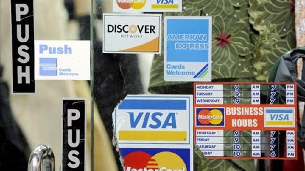 El BCV informó este jueves que bajó en dos puntos la tasa máxima anual para las tarjetas de crédito, que quedó en 29 por ciento, y la mínima fue establecida en 15 por ciento. EFE/Archivo