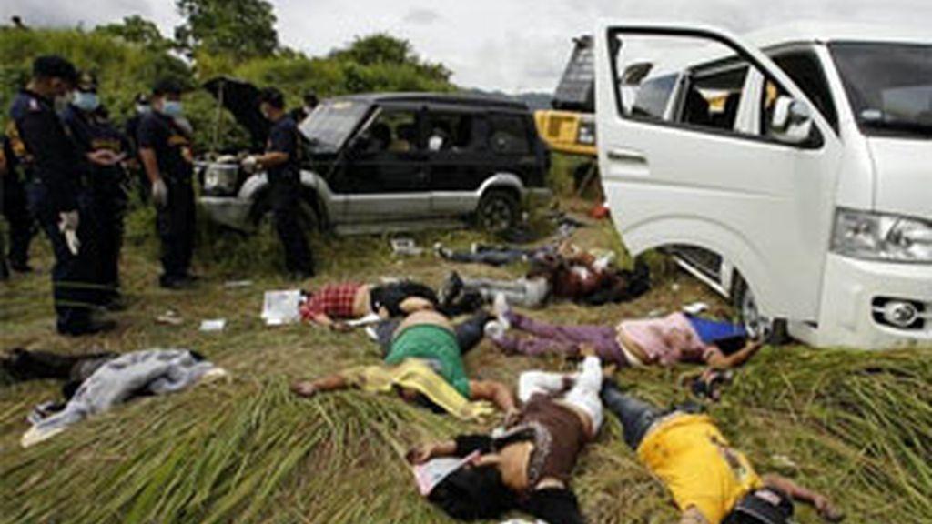 Varios de los cuerpos de la matanza perpetrada por clanes en el sur de Filipinas. Foto: Reuters.