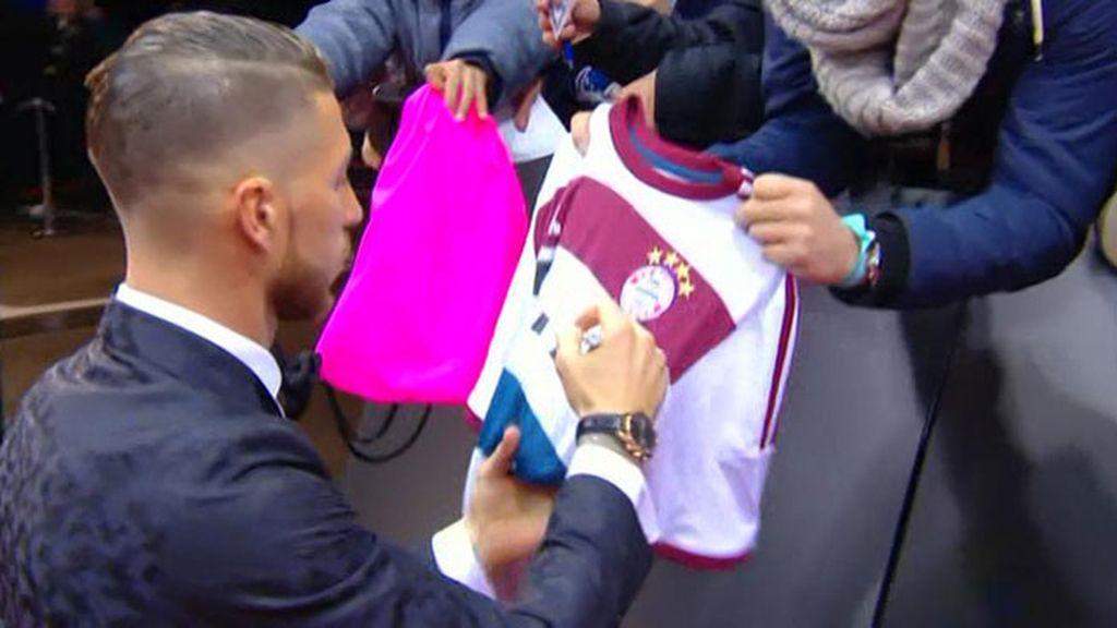 ¿Habrá olvidado Ramos el panalti de la Champions? Por lo menos firma camisetas del Bayern