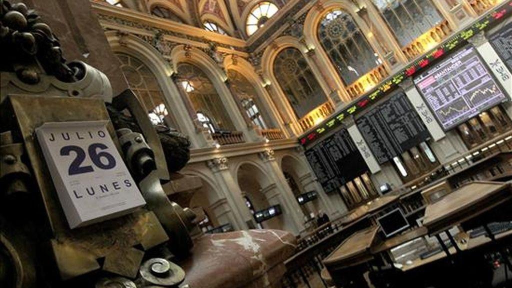 Vista del interior de la bolsa de Madrid, en la primera jornada bursátil tras la celebración de las pruebas de estrés de la banca europea. EFE