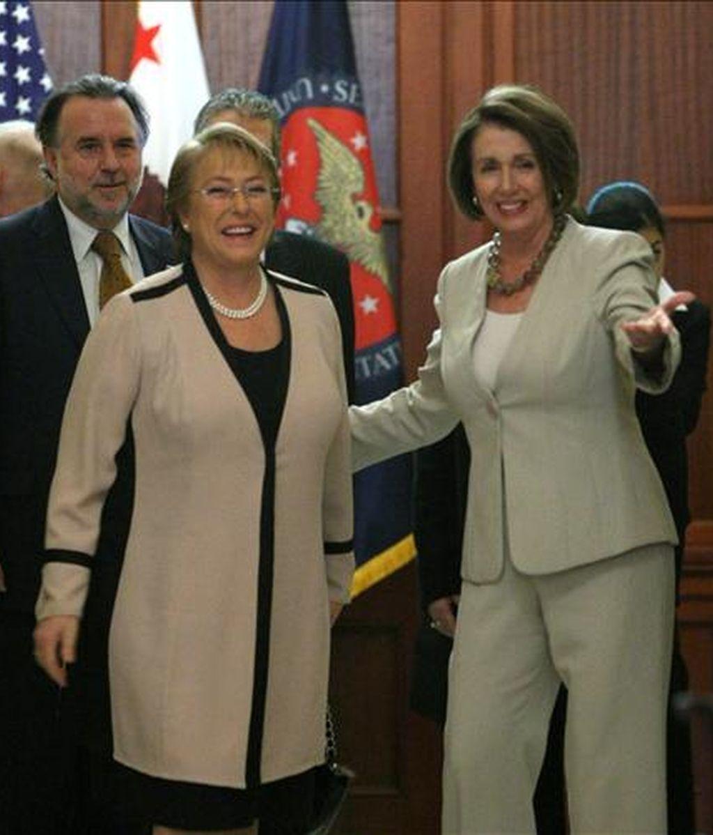 La presidenta de Chile, Michelle Bachelet, camina junto a la presidenta de la Cámara de Representantes de Estados Unidos, Nancy Pelosi, en Colina de Capitolio en Washington D.C. (EEUU). EFE