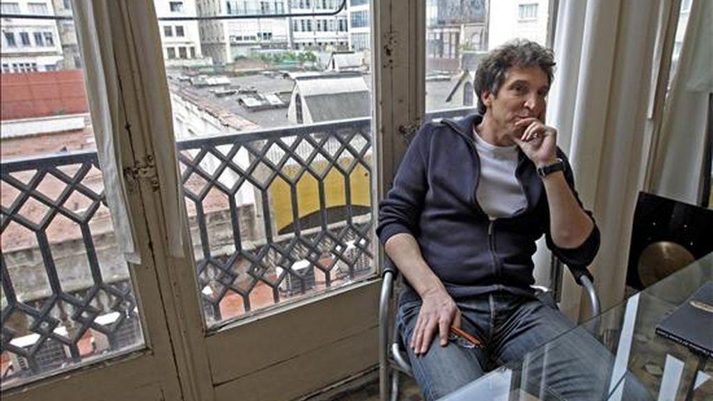El cineasta Albert Solé, en el despacho de su productora tras conocer que el Goya al mejor Largometraje Documental que gano el pasado domingo y que esa misma noche desapareció ha sido devuelto. EFE