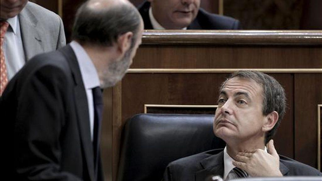 El presidente del Gobierno, José Luis Rodríguez Zapatero (d), conversa con el ministro de Interior, Alfredo Pérez Rubalcaba, durante la sesión de control al Ejecutivo celebrada hoy en el Congreso de los Diputados. EFE