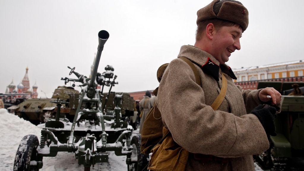 Un participante del desfile militar en la Plaza Roja de Moscú