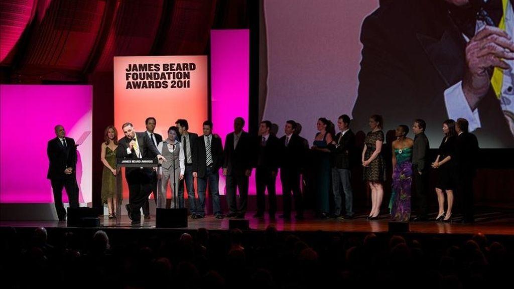 Fotografía cedida por James Beard Foundation Awards, donde se aprecia al cocinero español José Andrés (i) hablando durante la gala de los premios celebrada en Nueva York (EE.UU.). EFE