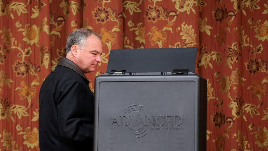 Tim Kaine acude a votar a un colegio de Richmond, Virginia