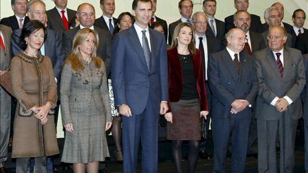 """Foto de familia de los Príncipes de Asturias junto con los miembros del Patronato de la Fundación """"Empresa y crecimiento,"""" cuyo objetivo es desarrollar las pequeñas y medianas empresas en Iberoamérica, antes de la reunión que han mantenido hoy en Madrid. EFE"""