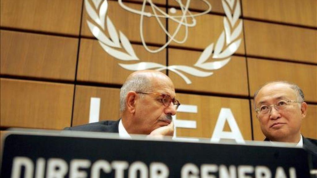 El todavía Director del Organismo Internacional de Energía Atómica (OIEA), Mohamed ElBaradei (i), y el preseidente del consejo, Yukiya Amano, poco antes del inicio de una reunión de la Junta de Gobernadores del OIEA en Viena. EFE/Archivo