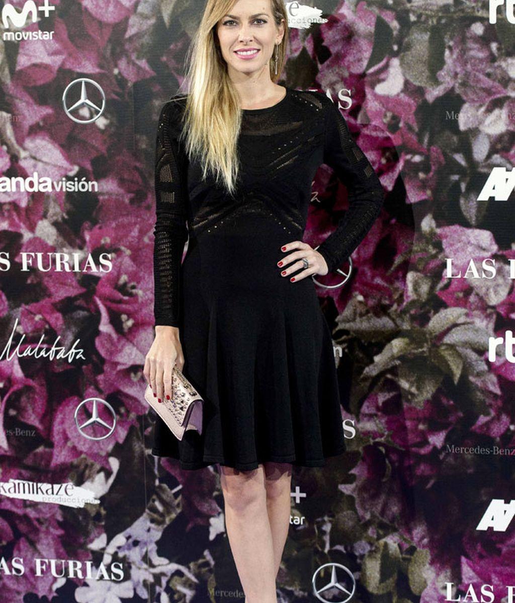 Kira Miró, sin abrigo, eligió un vestido negro de manga larga