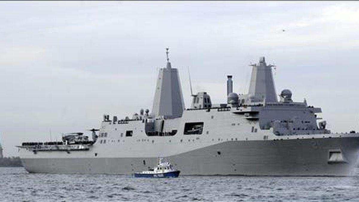 El barco USS New York navega por delante de la Estatua de la Libertad en Nueva York. EFE