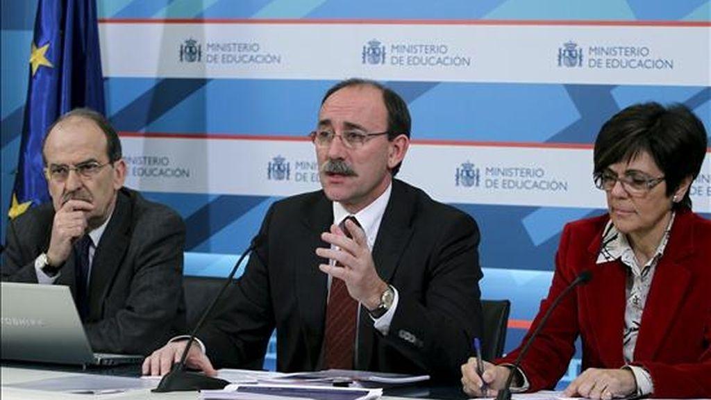 El secretario de Estado de Educación y FP, Mario Bedera (c), junto al director del Instituto de Evaluación, Enrique Roca, y la directora general de Evaluación y Cooperación Territorial, Rosa Peñalver, durante la presentación de los resultados de los alumnos españoles en la Evaluación Internacional de Estudiantes PISA 2009, que organiza la OCDE, hoy en Madrid. EFE