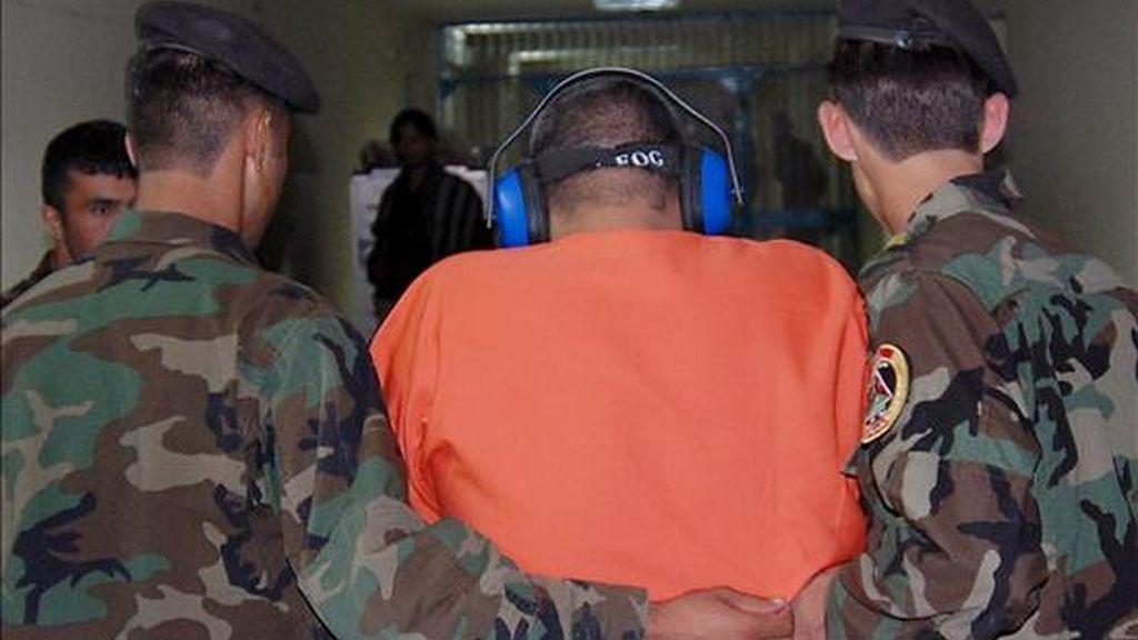 Unos guardias de seguridad escoltan a un detenido a su llegada a un centro de detención afgano en Kabul (Afganistán). EFE/Archivo