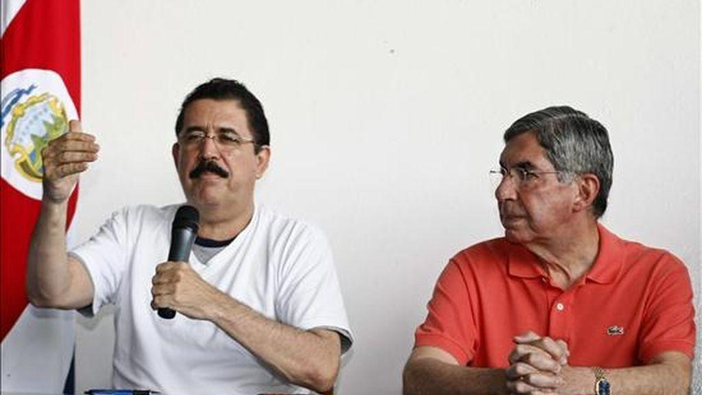 El presidente de Honduras, Manuel Zalaya (i), junto a su homólogo de Costa Rica, Óscar Arias (d), ofrecen una rueda de prensa en la base 2 del aeropuerto Juan Santamari, cerca a San José (Costa Rica). EFE