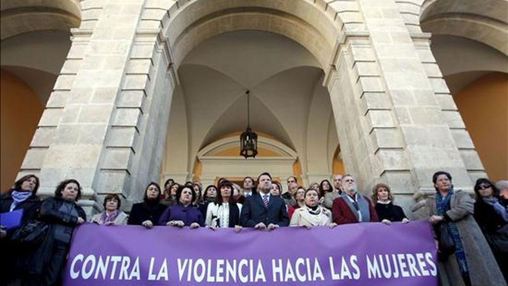La consejera andaluza de Igualdad, Micaela Navarro (6i), y el alcalde de Sevilla, Alfredo Sánchez Monteseirín (7i), entre los asistentes a la concentración celebrada frente al Ayuntamiento sevillano, en la que se guardó un minuto de silencio en protesta por la muerte por violencia machista de Cristina M.R., de 30 años. EFE