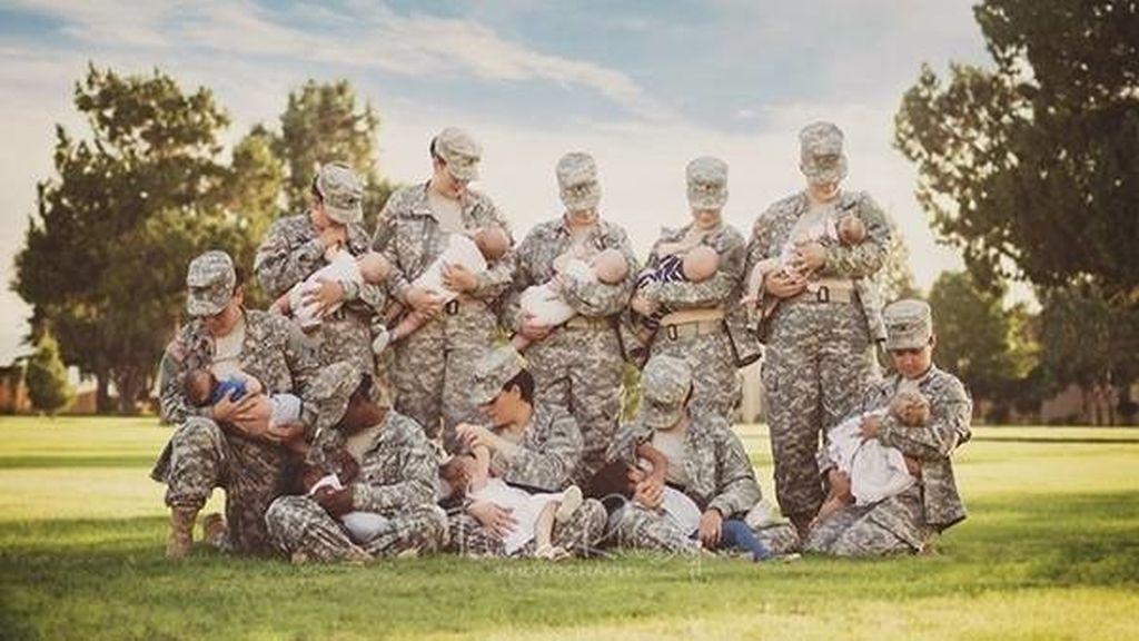 Mujeres soldados norteamericanas posan para apoyar la lactancia