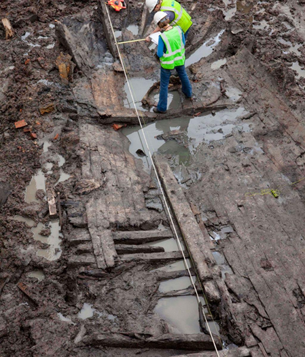 Dos arqueólogos toman medidas de los restos de la nave hallados en el World Trade Center. Foto: AP