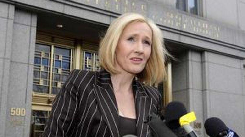 JK Rowling atiende a los medios de comunicación al salir del juicio celebrado en Nueva York. Foto: AP