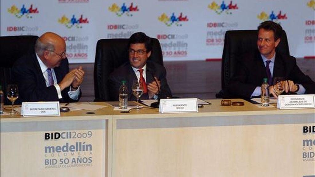 Imagen de este domingo del secretario general de la OEA, Jose Miguel Insulza (i), el presidente del BID, Luis Alberto Moreno (c), y el secretario del Tesoro estadounidense, Timothy Geithner. EFE