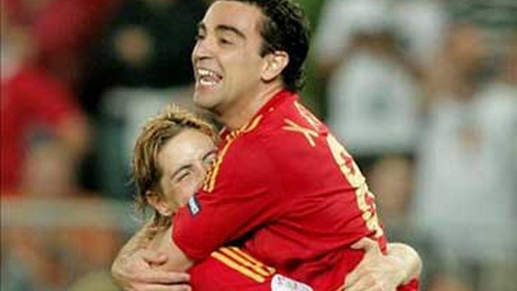 Xavi celebra el triunfo con Torres. Foto: EFE