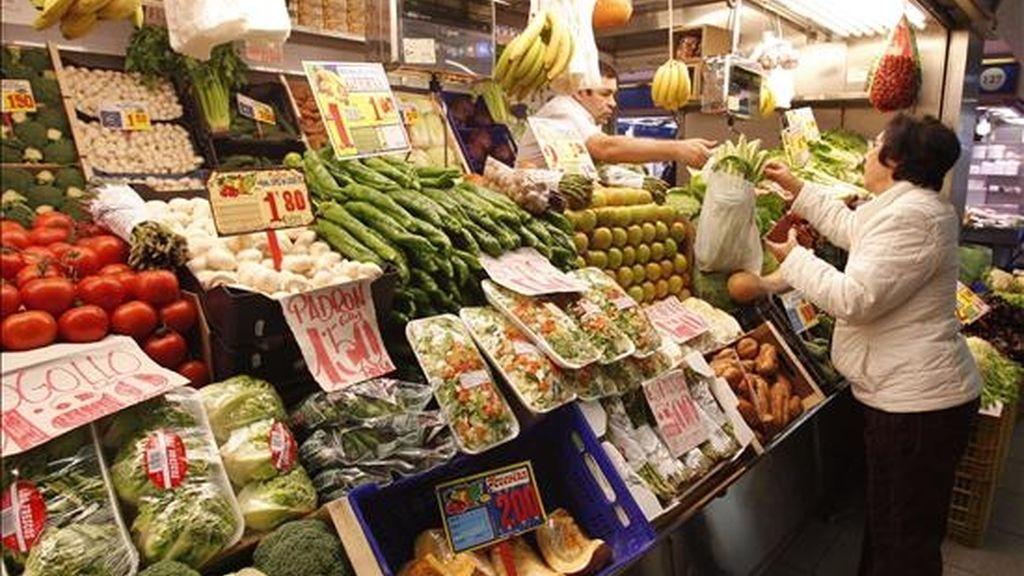 Un ama de casa realiza sus compras en una frutería de un mercado madrileño. Las judías verdes y los pimientos encabezan las subidas de enero con el 8,5 y el 7,3 por ciento. EFE/Archivo