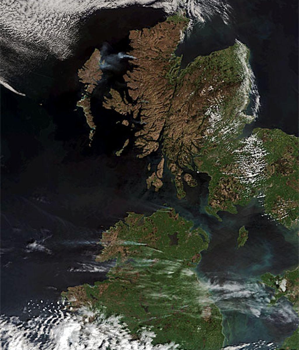 Irlanda del Norte y Escocia, pardas a vista de satélite. Foto: ESA.