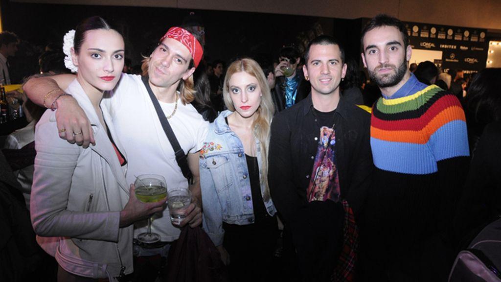 Bárbara, una de las modelos de David Delfín, junto a los diseñadores Isaacymanu, la artista Elena Gallen y Álvaro Gutiérrez