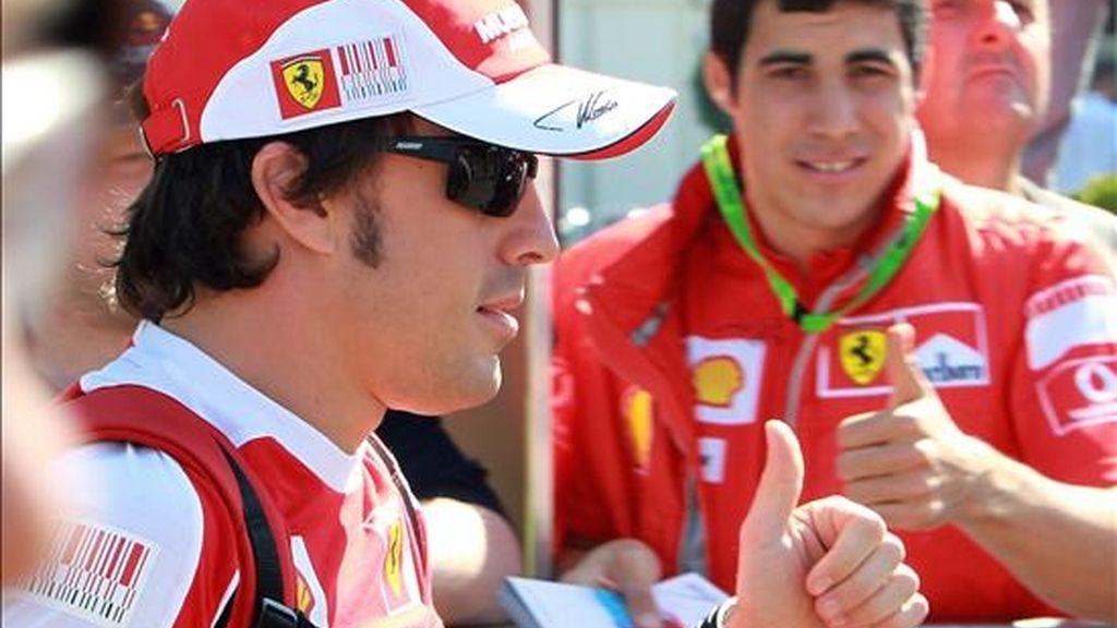 El piloto español Fernando Alonso, del equipo Ferrari, saluda a sus seguidores hoy, durante los preparativos para el Gran Premio de Fórmula Uno en el circuito de Albert Park en Melbourne (Australia). La carrera se llevará a cabo el próximo 28 de marzo. EFE