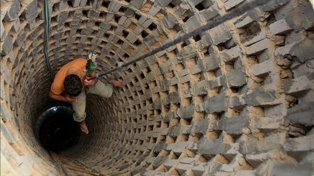 Un hombre desciende dentro de un túnel cerca de la frontera entre la Franja de Gaza y Egipto, el pasado 15 de abril. Varios túneles similares a este se utilizan para distribuir víveres, medicinas o gasolina a la Franja de Gaza. EFE