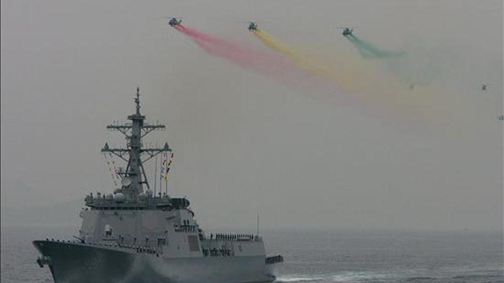 Fotografía de archivo del 7 de octubre de 2008 que muestra el destructor surcoreano 'Sejongdaewang'. Corea del Sur desplegará un buque de guerra en el Mar del Este (Mar de Japón) mientras Corea del Norte parece dar los últimos toques al lanzamiento de un cohete capaz de transportar un misil de largo alcance. EFE/Archivo EFE/Jeon Heon-kyun