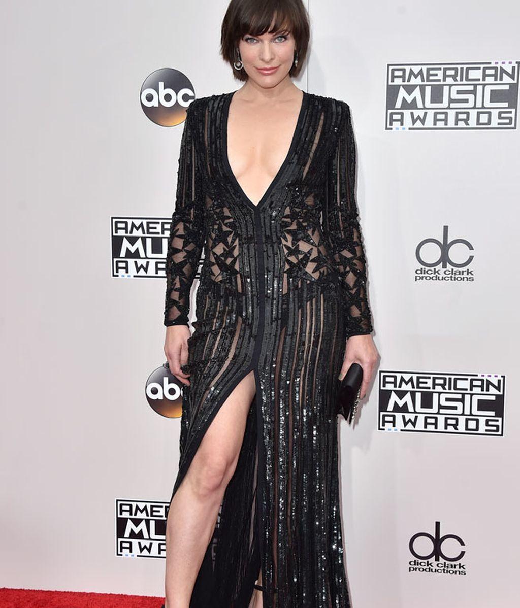 El negro de Milla Jovovich: largo con abertura y mucha transparencia