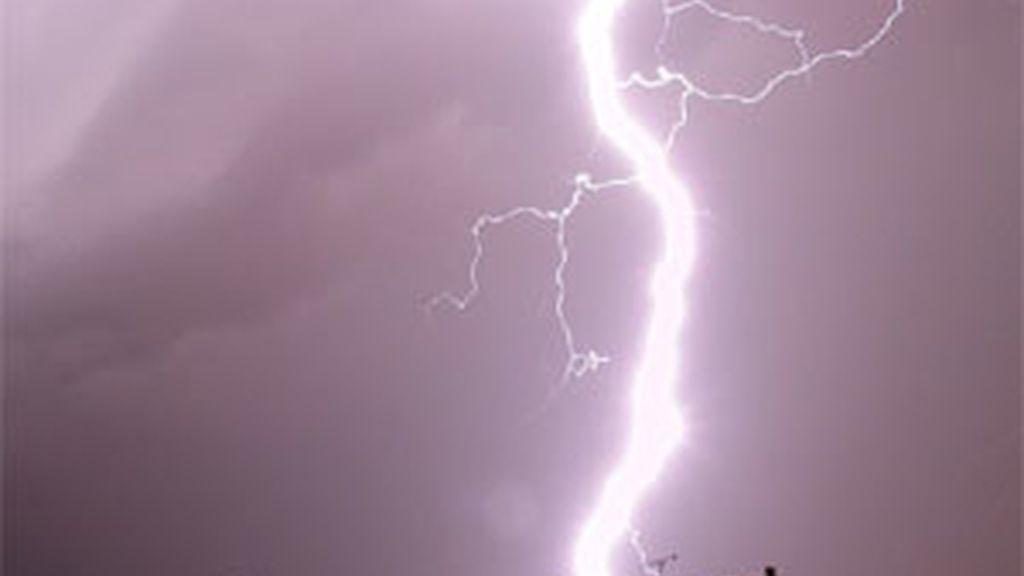 Imágenes de la última tormenta eléctrica registrada en Zaragoza. FOTO: Eva Ibañez