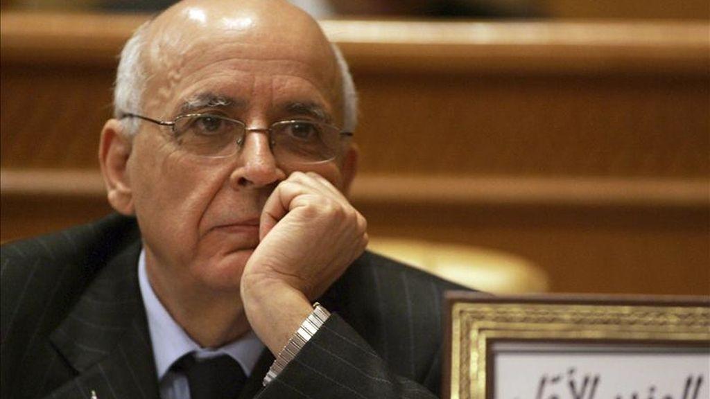El primer ministro tunecino, Mohamed Ganuchi Túnez, escucha un debate en el Senado en Túnez. La Cámara de Consejeros (Senado) debe aprobar hoy el proyecto de ley que atribuye al presidente interino de Túnez, Fuad Mebaza, la posibilidad de gobernar por decreto y evitar con ello la necesidad de aprobar las leyes en el Parlamento, constituido en el antiguo régimen. EFE