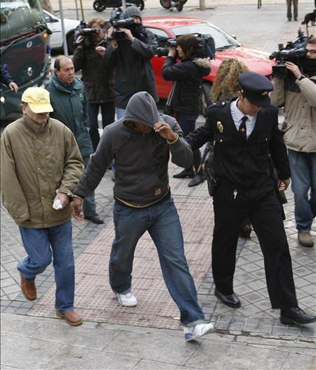 """Imagen del pasado mes de diciembre de varios de los trece integrantes de la banda latina de los  """"Latin King"""" sospechosos del asesinato de un joven dominicano en Madrid el 4 de noviembre de 2005. EFE/Archivo"""
