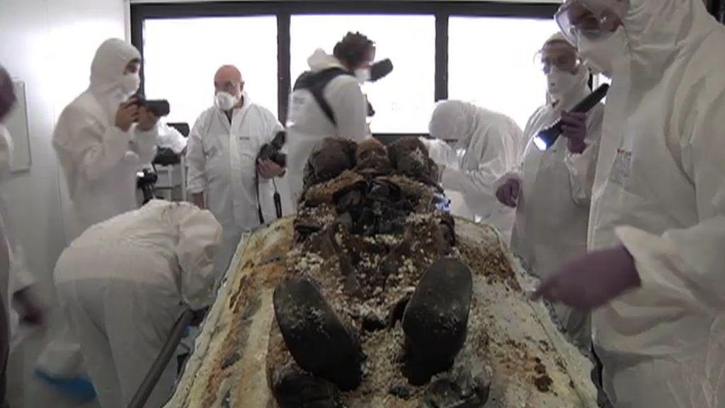 Los forenses analizan la momia del general Prim