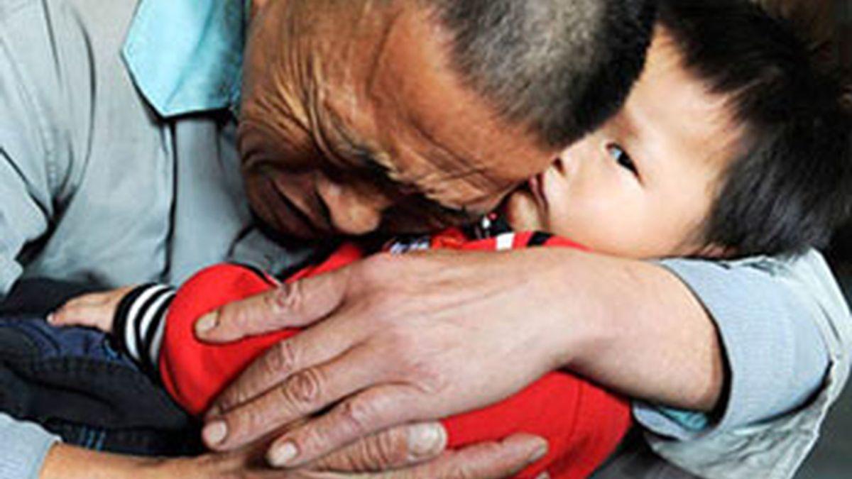 Wang Bangyin recupera a su hijo secuestrado en un orfanato en la provincia de Guiyang. Foto: Reuters.