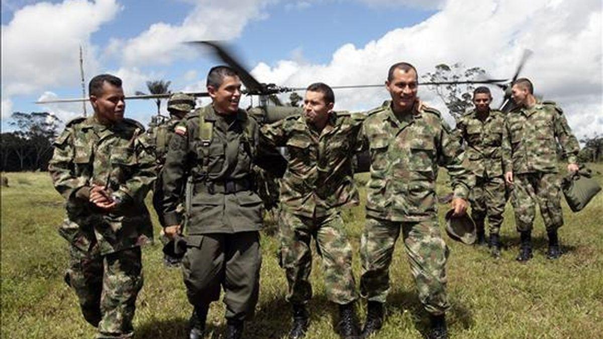 Los once policías y militares colombianos rescatados de manos de las FARC hace un año recorrieron ayer,  los escenarios donde se fraguó la Operación Jaque. EFE