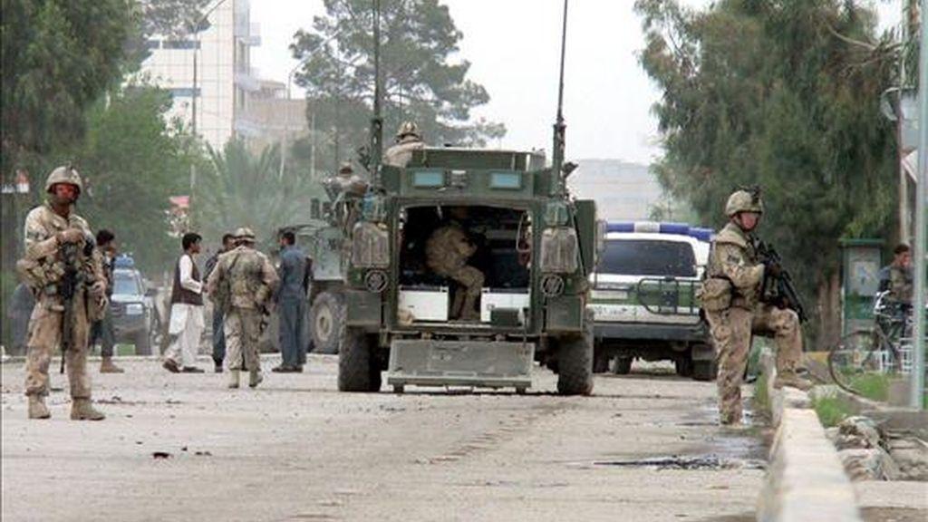 Soldados canadienses de la Fuerza de Asistencia para la Seguridad (ISAF) resguardan las Oficinas del Consejo Provincial de Kandahar (Afganistán) tras un ataque suicida que hasta ahora ha dejado un saldo de al menos 10 muertos, 7 civiles y 3 policías y unos 16 heridos. EFE