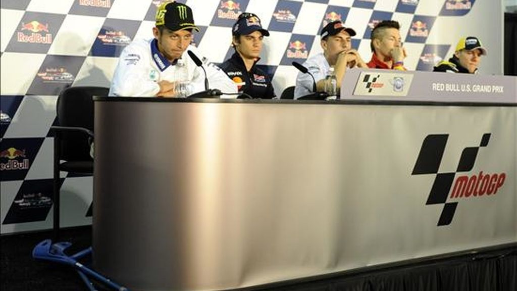 Los corredores (i a d) Valentino Rossi, Dani Pedrosa, Jorge Lorenzo, Nicky Hayden y Ben Spies, responden preguntas durante la conferencia de prensa previa a la carrera del Moto GP que se realizará en la pista de Laguna Seca, en Monterrey. EFE