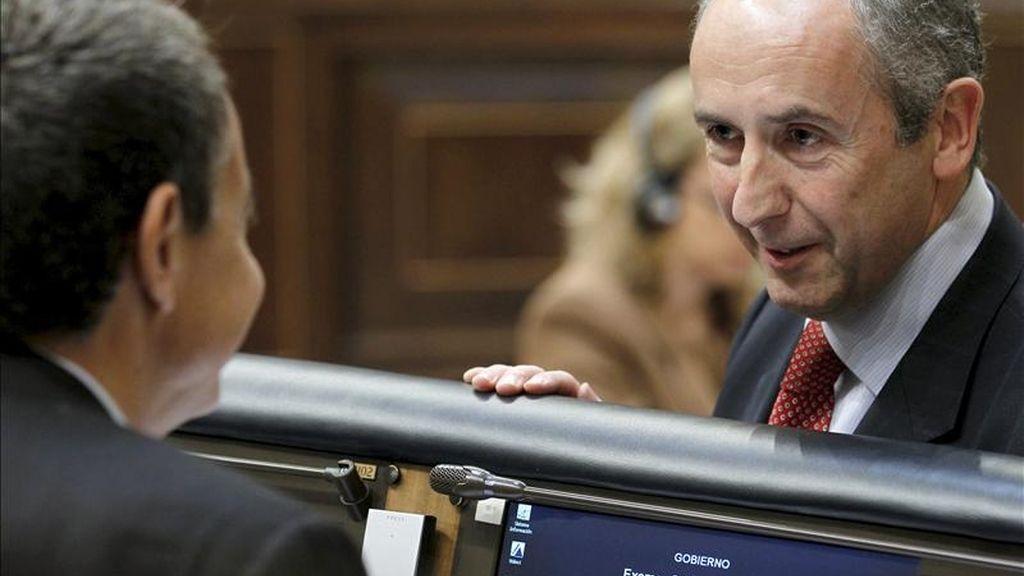 El presidente del Gobierno, José Luis Rodríguez Zapatero (i), conversa con el portavoz del PNV, Josu Erkoreka, durante una sesión de control al Ejecutivo. EFE/Archivo